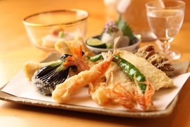 【天ぷら専門店のホール】< 銀座の古き良きたたずまい…>知る人ぞ知る、天ぷら専門の人気店!POINTは着物での接客♪ワンランク上のお仕事しませんか?