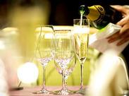 こちらは乾杯のシャンパンを注いでいるところ。注ぎ方などは、お客様のいない所で事前にしっかりと練習できますので、安心です♪