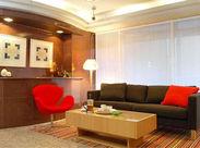 赤を基調とした明るいホテルです◎ 好立地で通いやすい環境ですよ★