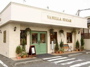 白い壁&緑の扉が目印♪** 地元町田の方に愛されるお店です! 社割でおやつを購入してもOKです◎