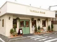 白い壁&緑の扉が目印♪** 地元町田の方に愛されるお店です! 社割でお子様のおやつを購入してもOKです◎