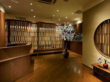 【トレッサ横浜店】 鮮やかな布を組み合わせた格子が おしゃれなアクセント★ 木と土壁の温かみのある店内です♪