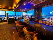 ■バー・カラオケスタッフ募集中!■ 夜景のキレイなバーで、お客様の優雅な一時をサポートするお仕事です♪