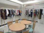 オフィスには、カジュアルでオシャレなお洋服がズラリと並んでいます♪*。 ファッション好き必見の環境ですよ!
