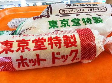 レトロ感の漂う包み紙♪話題のホットドッグは、キャベツのマヨネーズ和えとプレスハムが挟まれ、どこか懐かしいお味◎