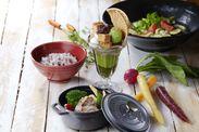 有名キッチンウェアブランドの鍋に、スープやごはんを入れて提供★内装はもちろん、細かいところまでこだわりを欠かしません!