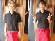 制服も黒ポロシャツに赤エプロンでオシャレ!せっかく働くなら制服にもこだわりたい♪