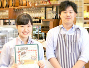 老舗洋食店の風格が漂う落ち着いた店内ながら、大学生が活躍中のアットホームなお店★新人さんもスグに馴染めますよ◎