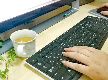 出勤時の勤務時間は9:15~18:00。繁忙期には1~2時間の残業可能性があります。