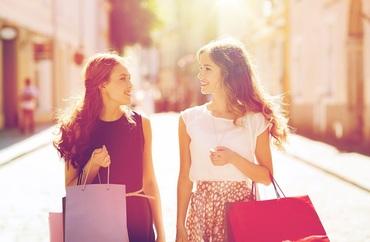 【販売スタッフ】*★髪、服、ネイル自由!★*未経験WELCOMEの販売のオシゴト♪芸能活動中の方も多数☆接客マナーや言葉遣いも身につきます!