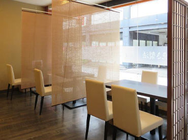 和モダンを基調としたガラス張りの店内♪ 明るく清潔感も◎女性1人の方も多く来店されます!