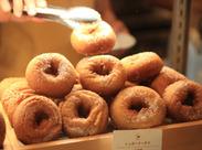 ほっこりかわいい【ハニーミツバチ珈琲】のスタッフ大募集♪お土産にも人気の手作りドーナツを一緒に提供しよう!