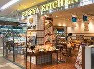 \仙台駅徒歩1分のきれいな店舗/ 勤務後にそのままお買い物もOK! 焼きたてパンとコーヒーの香りに包まれてお仕事できます('ω')