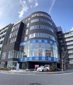店舗は八潮駅近くのこのビル! 店舗内もとてもキレイです! 気になる方は、ぜひお問合せください!