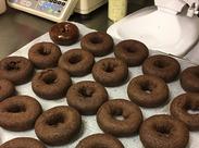 =★このお仕事の楽しさは??★= 「大好きなドーナツを自分の手で作れること!」「ドーナツを食べて笑顔になってもらえること!」