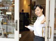コーヒー、パン、スイーツ、お料理など、いろんな匂いが漂うカフェレストラン。エントランスでのお出迎えも大切なお仕事です。