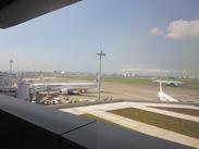 海外へ飛び立つ飛行機を眺めながらオシゴト☆゛大きな窓からは晴れた日に富士山も見える絶景です☆
