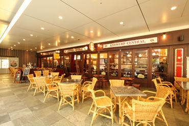 100 年前のベルギーのビアカフェを再現したレトロモダンな雰囲気の店内です♪