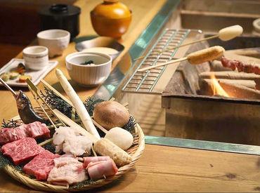 囲炉裏を囲む、厳選された食材たち.* スタッフ特典★絶品まかないがなんと【無料】 20~70代の幅広い年齢層が活躍中です◎