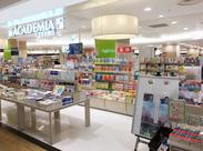 たくさんの本が並ぶ店内はワクワクがいっぱい♪気になる本があったら社割も使えるので読書好きにおすすめ! ※写真は他店です。