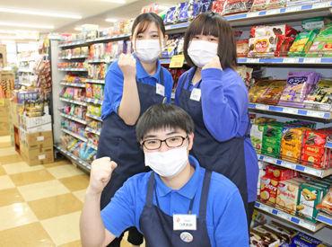 スーパーの裏方、惣菜コーナーでテキパキ黙々と! スーパーの顔、レジスタッフとして常連さんと和やかに!