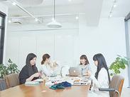 ◆お洒落なデザイナーズオフィス◆ 天井が高く、日当たりのいいのも魅力的です。 福利厚生としてお菓子や飲み物が利用可!