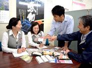 スタッフの手元にある商品をみんなで協力して作ります♪主婦さんが多数活躍している工場です◎