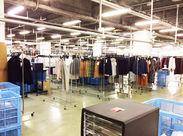ずらっと並んだ洋服♪ 販売前の新商品などもあるので、 毎日飽きずに作業できますよ◎