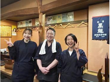 笑顔が魅力的★写真真ん中の男性が店長です♪ 上京したばかりの学生Staffにとって 第2の父的存在になるぐらい包容力があります◎