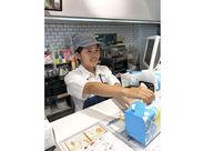 バイトデビューOK★ アナタの素敵な笑顔で ドーナツをお客様に提供◎