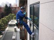 安全帯着用!安全第一! 慣れれば、スイスイ窓をお掃除できます☆ ロープやゴンドラ免許もとれちゃう!
