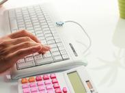 パソコンを使った入力作業と 書類のチェック作業がメインです。