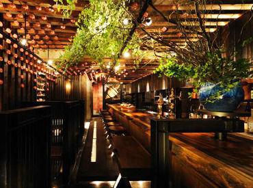 *落ち着いた雰囲気* 色とりどりの独楽が飾られたお洒落な店内◎ 竹や木など和の素材を使用した空間は、まさに大人の隠れ家☆