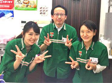 真ん中の優しい笑顔の人が店長です♪ 「せっかく働くなら、たのしく働きましょう!」by店長