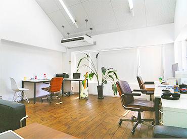 オシャレで清潔感のあるオフィス♪ 音楽を聴きながら、リラックスしながら仕事ができるのも魅力の1つですね!*。