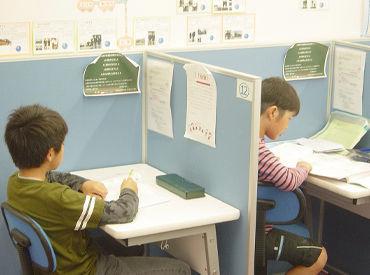 <各パーテーションで勉強する生徒達> 悩んでいる子に声をかけて そっとフォローしながら 「分かった!!」の瞬間をサポート♪