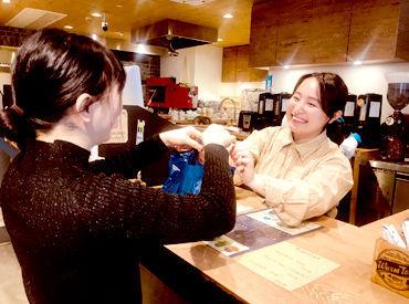 【ベーカリーカフェStaff】ガラス張りの店内に木の温もりが心地いい、くつろぎ空間◇*こだわりの焼き立てパンやコーヒー・紅茶などのドリンクをご提供♪