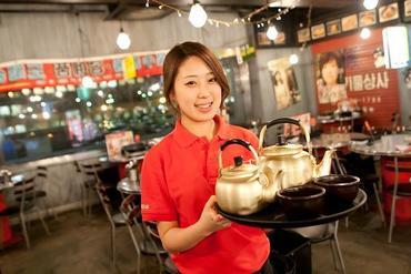 【ホールSTAFF】\K-POPの流れる店内は楽しさ抜群!/【本格!!】絶品韓国料理を、まかないで◎【注目!!】未経験スタートのSTAFF多数☆