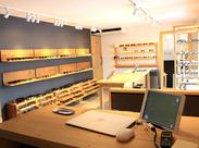 ビル1階には、実際に商品を見て 試着・購入されるお客様向けの店舗もございます◎