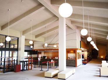 1952年開場の歴史のあるゴルフ倶楽部です。 落ち着いた雰囲気の中で働きたい方にオススメ! 高い天井が特徴の開放的な空間です。