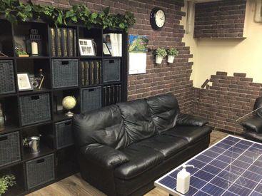 落ち着いた待合室♪ テーブルをよく見ていただくと 太陽光パネルになっているんです♪ オシャレな職場で働きませんか?