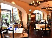 まるでイタリアにいるような、明るくオシャレな店内*色とりどりの食材を使った料理と、青いグラスがテーブルを華やかに*