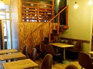 木目調がオシャレな、カフェみたいな店内♪2階にはなんとペットと一緒に過ごせるテラスもあるんです◎
