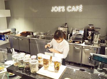 【カフェStaff】― 本場イギリスのカフェが日本初上陸<未経験OK>ラテアートができるかも…!?8種類の紅茶×かわいいスイーツのCafe★