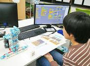 小~中学生の子どもたちがメイン◎ 画面上でパズルのようなプログラムを組みたてて、ロボットを動かす…など楽しい内容です♪