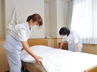 ベッドメイクは普段の家事でしていることが活かせるので、他病院では家庭をもつスタッフが多く活躍しています!