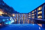 ホテルの敷地の中央には広い水庭があります。紅白梅図屏風をオマージュした滝があり、美しい幻想的な風景が広がっています。