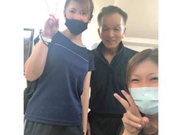 ≪近隣のスタッフ活躍中≫ 写真中央が代表の山本さん。 優しい笑顔で迎えてくれますよ!