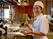 お客様のご案内やお食事のご提供などのホールのお仕事をお任せ致します♪ランチタイムはメニューも少なめで接客しやすい◎