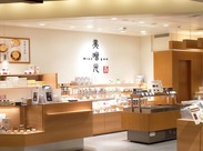 """店内は、モノトーンなデザインと""""和""""を融合したオシャレで落ち着いた空間です。スタッフも気持ちよく働くことができますよ◎"""